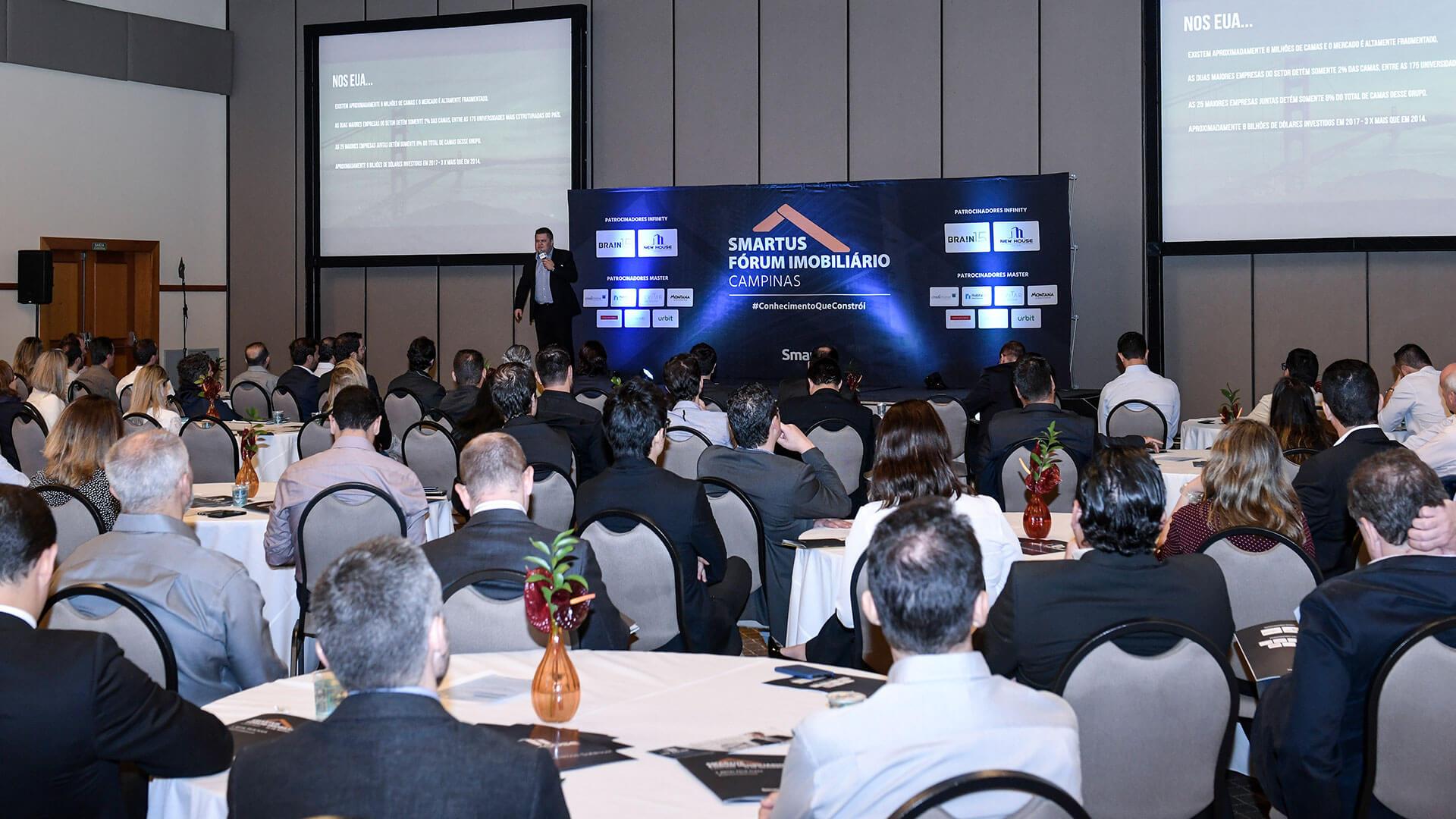 Guilherme da Brain apresentando no palco do fórum imobiliário de campinas em 2018