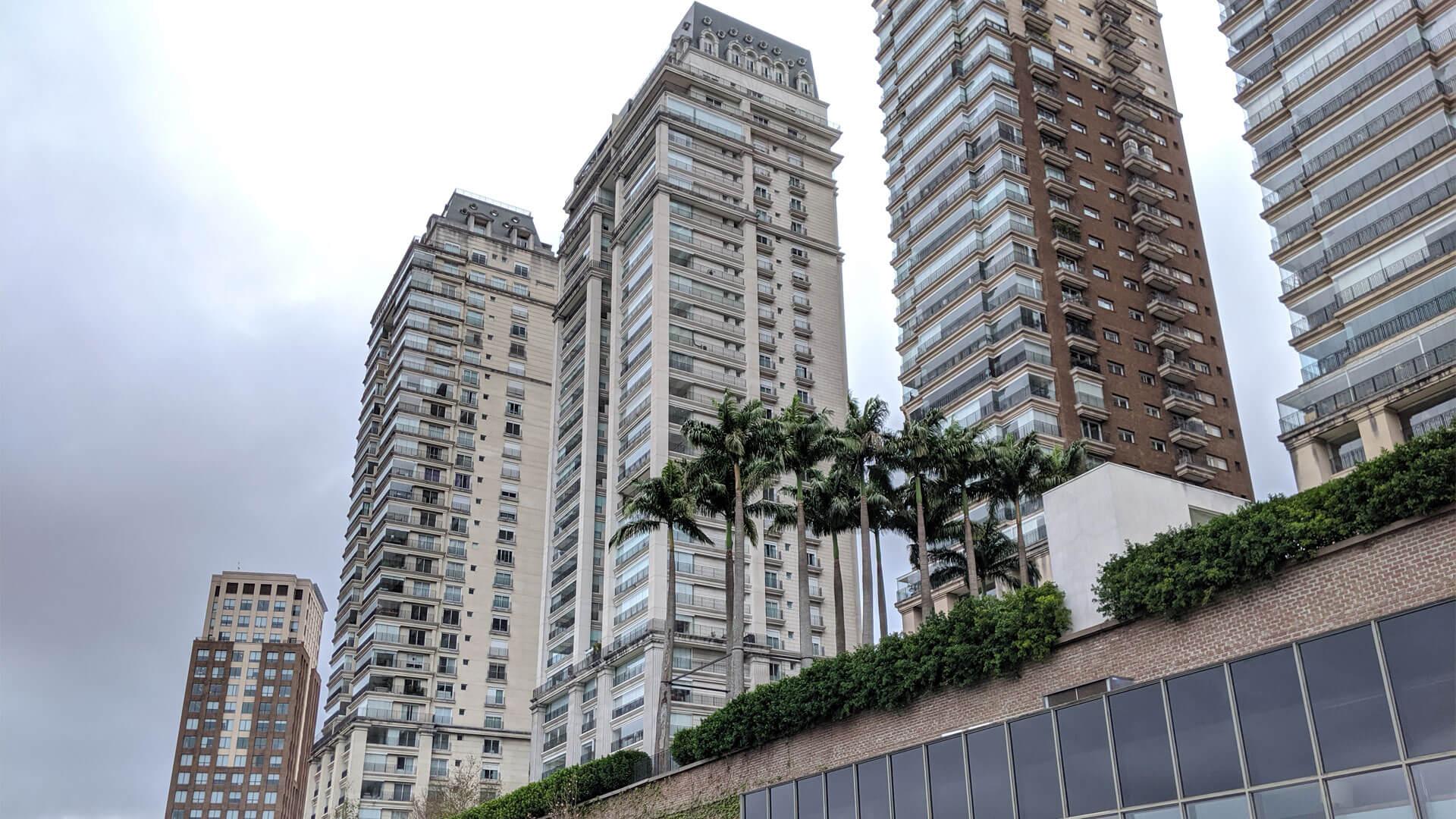 prédio cinza e alto em São Paulo, conhecido como Complexo Cidade Jardim