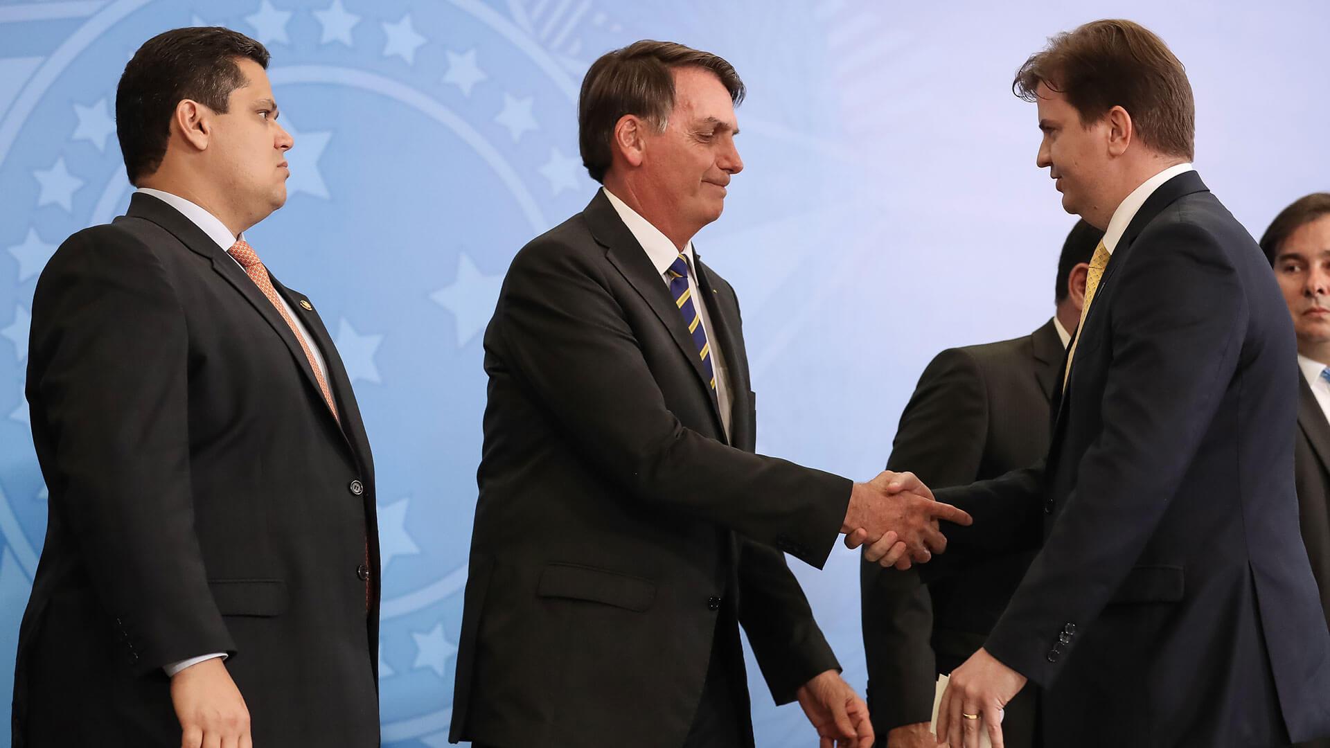 Jair Bolsonaro e Gustavo Canuto apertando as mãos