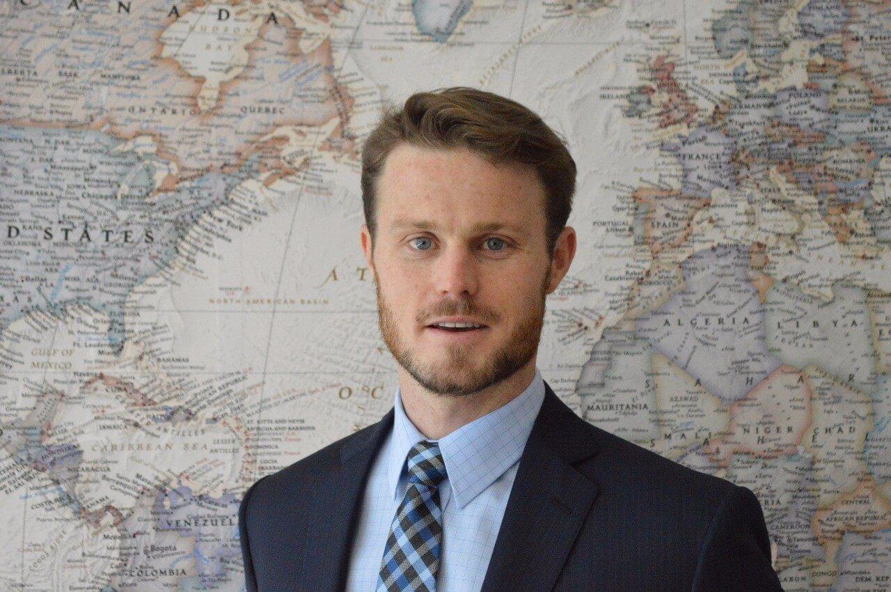 Brian Begnoche, sócio-fundador da EqSeed, de terno azul