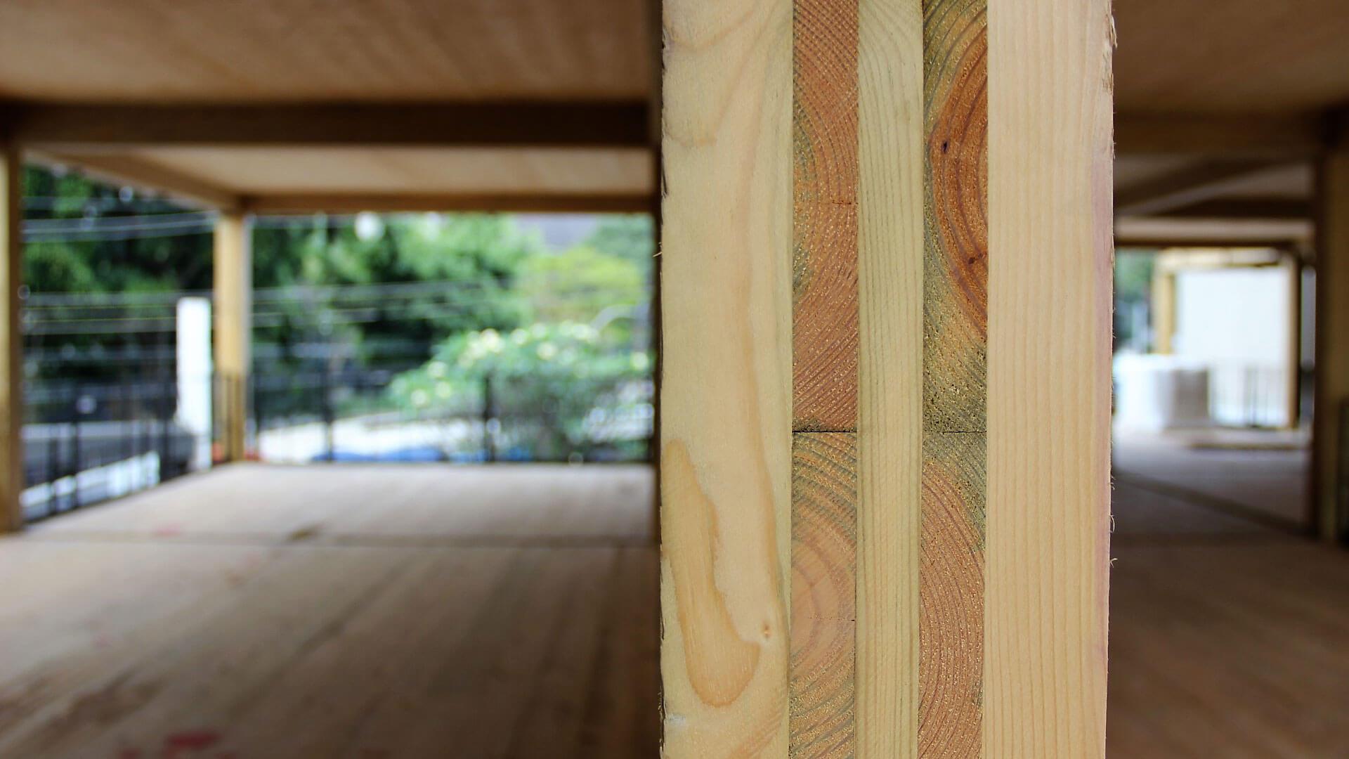 Pilar de madeira dentro da construção do primeiro prédio todo em madeira do Brasil