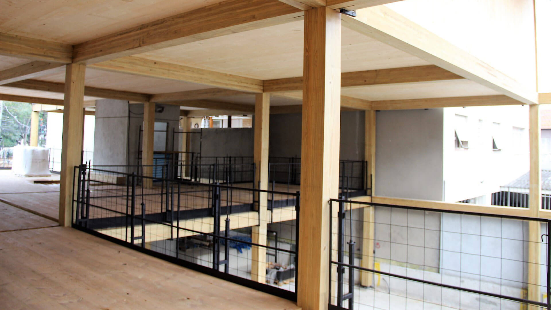parte de dentro do prédio de madeira em construção na cidade de São Paulo